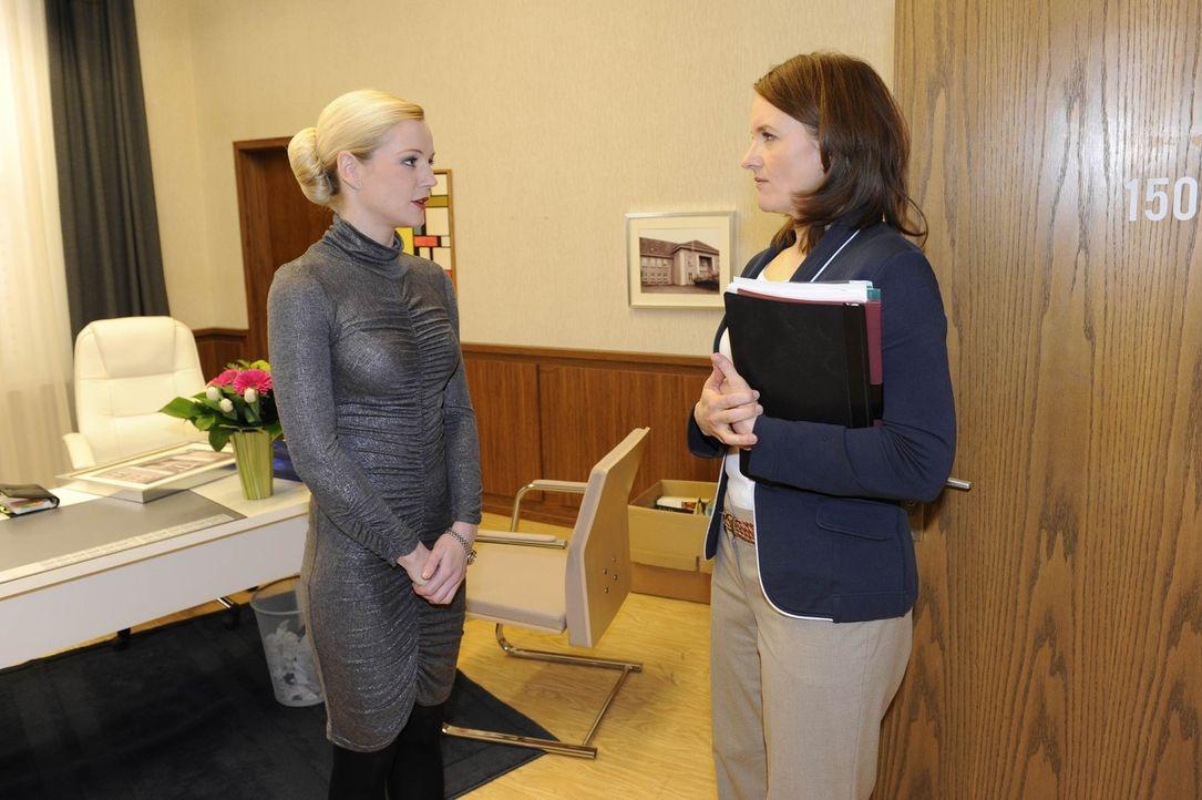 Ihre erste gemeinsame Begegnung: Helena (Kim-Sarah Brandts, l.) und Gabriele (Marie Schneider, r.) ... - Bildquelle: SAT.1