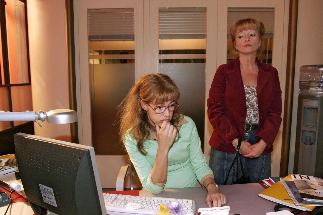 Unverhofft kommt Lisas Mutter (Ulrike Mai, r.) zu Besuch ins Büro - und hält Lisa (Alexandra Neldel, l.) von der Arbeit ab. (Dieses Foto von Alexand... - Bildquelle: Noreen Flynn SAT.1 / Noreen Flynn