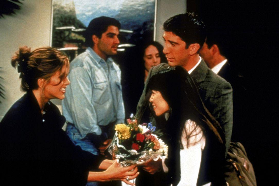 Ross (David Schwimmer, r.) ist glücklich. Endlich hat er eine Freundin gefunden, Julie (Lauren Tom, M.). Rachel (Jennifer Aniston, l.) ist darüber... - Bildquelle: TM+  2000 WARNER BROS.