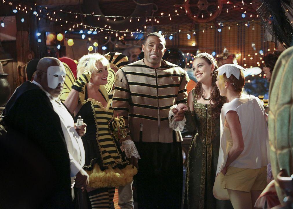 Die Halloween-Party entpuppt sich als ganz entscheidender Abend: Dash DeWitt, Crickett, Lavon, Annabeth und Wanda (v.l.n.r.: Reginald VelJohnson, Br... - Bildquelle: Warner Bros.