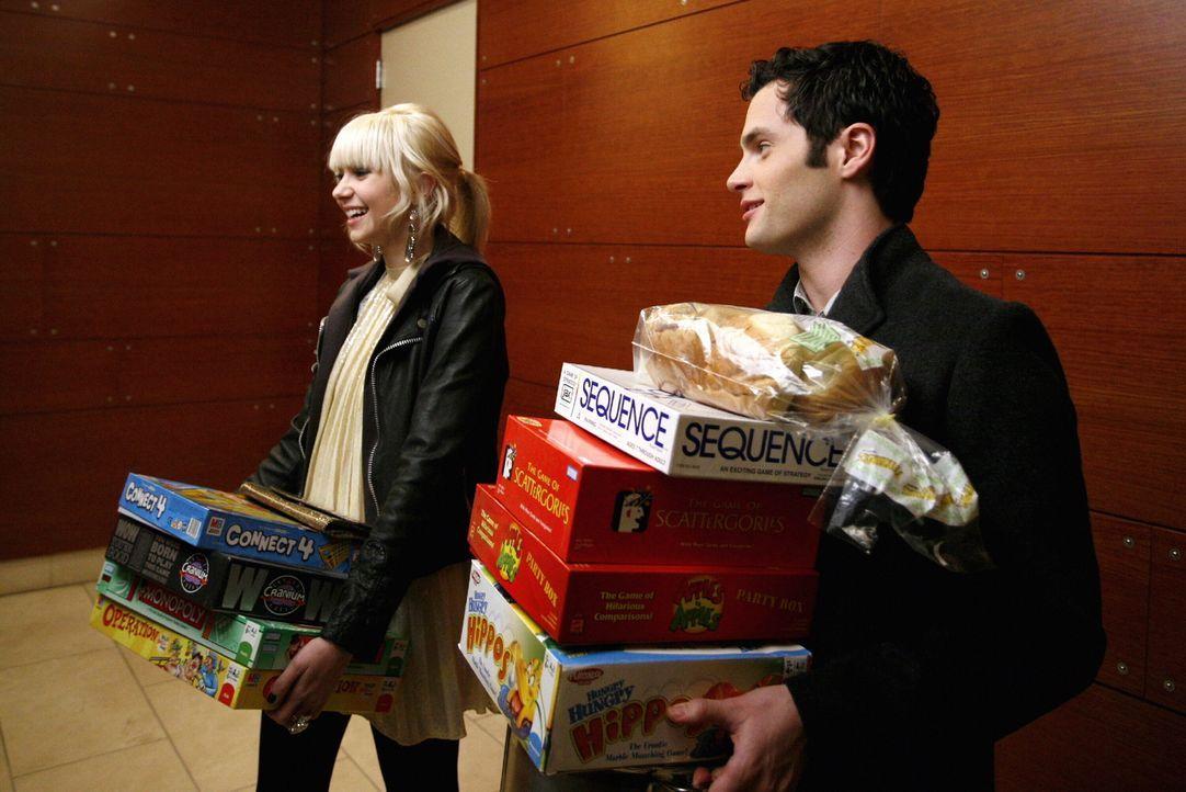 Eigentlich hat Jenny (Taylor Momsen, l.) für ihren Geburtstag einen Spieleabend mit Dan (Penn Badgley, r.) und ein paar Freunden geplant, doch Seren... - Bildquelle: Warner Brothers