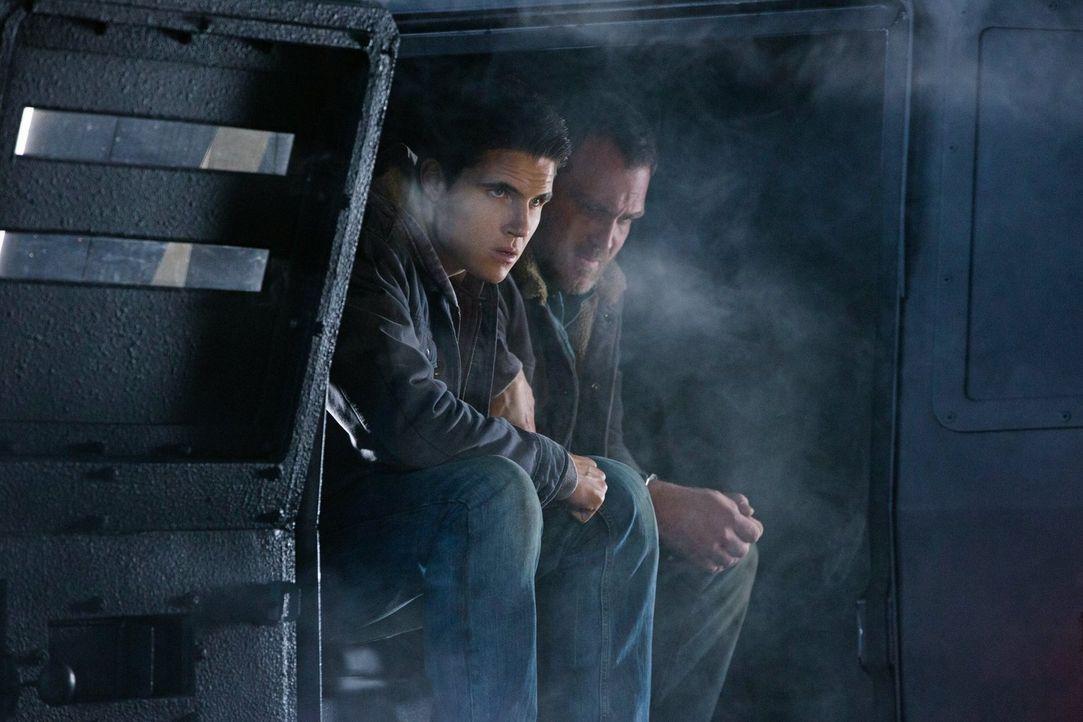 Als Stephen (Robbie Amell, l.) und seine Freunde erkennen, welche enormen Chancen sich ihnen durch Errol (Ty Olsson, r.) bieten, treffen sie eine En... - Bildquelle: Warner Bros. Entertainment, Inc