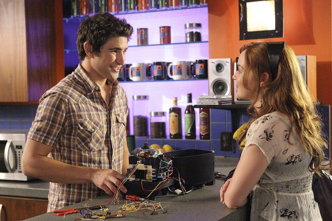 Als Kyle (Matt Dallas, l.) und Lori (April Matson, r.) im Cafe sind, müssen sie erfahren, dass Geld in der Kasse fehlt und Josh dafür verantwortli... - Bildquelle: TOUCHSTONE TELEVISION
