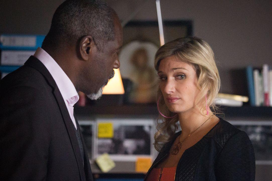 Als im Fernsehen eine Sendung über die Entführung von Camille und Adèle gezeigt wird, die auf mögliche neue Anhaltspunkte in dem Fall hinweist, begi... - Bildquelle: Eloïse Legay 2016 BEAUBOURG AUDIOVISUEL / Eloïse Legay