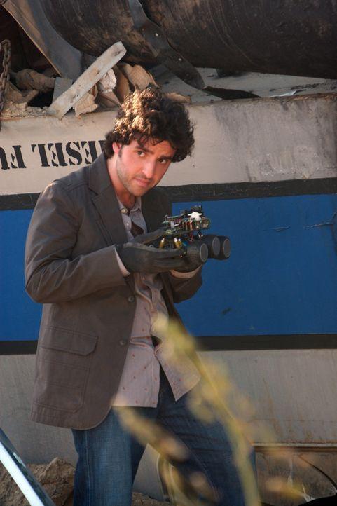 Ermittelt in einem neuem Fall: Charlie (David Krumholtz) versucht die Hintergründe des Zusammenstoßes der Züge herauszufinden ... - Bildquelle: Paramount Network Television