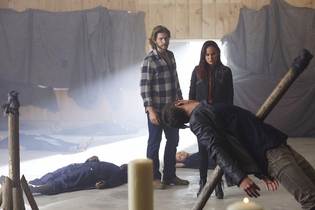 Clay (Greyston Holt, l.) und Paige (Tommie-Amber Pirie, r.) glauben, Aleister endlich besiegt zu haben ... - Bildquelle: 2015 She-Wolf Season 2 Productions Inc.