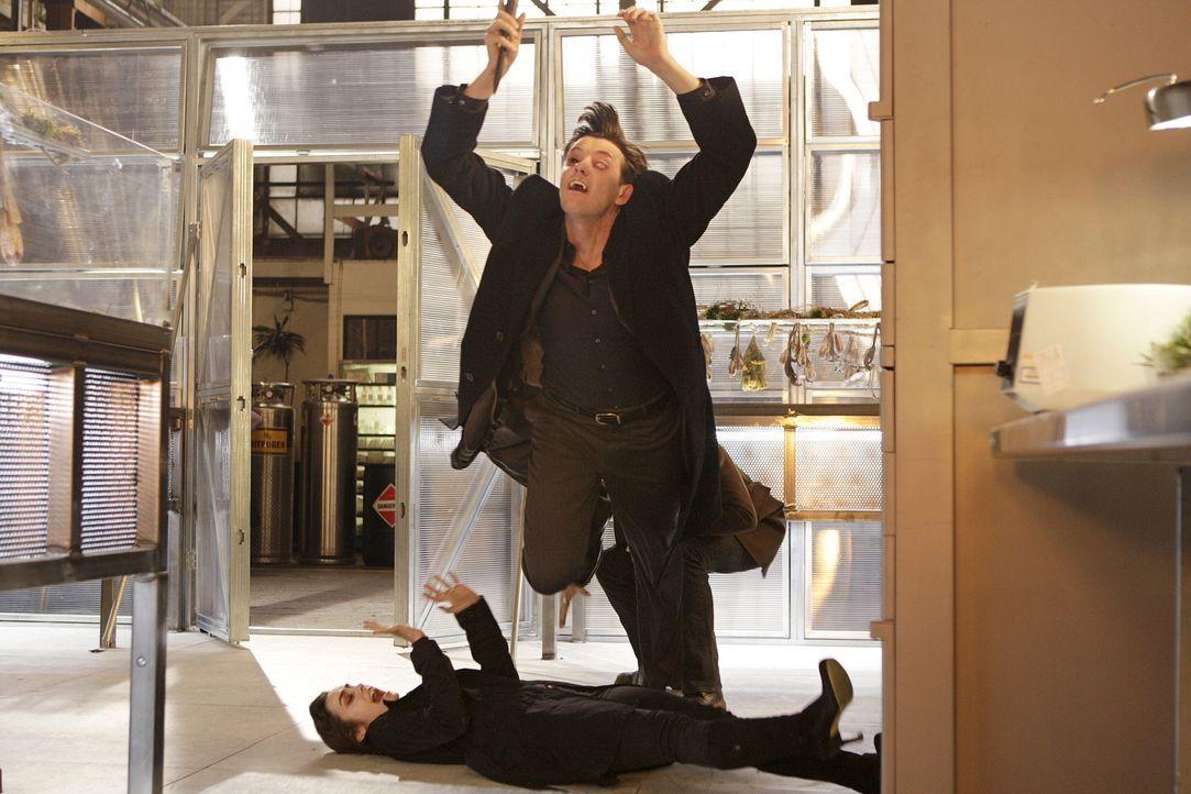 Als Lance (Jason Butler Harner, vorne) Coraline (Shannyn Sossamon, liegend) töten will, kommt ihm Mick in die Quere ... - Bildquelle: Warner Brothers