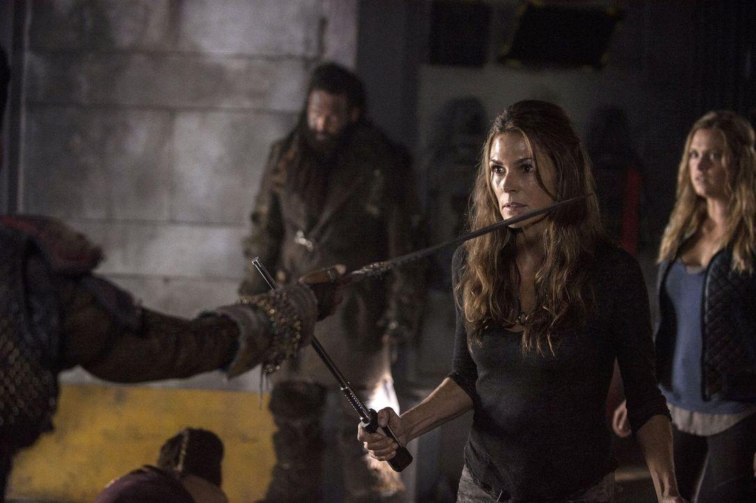 Abi (Paige Turco, M.) hätte nie gedacht, dass sie sich einmal gegen ihren ältesten Freund und das ehemalige Oberhaupt des Arcs stellen müsste ... - Bildquelle: 2014 Warner Brothers