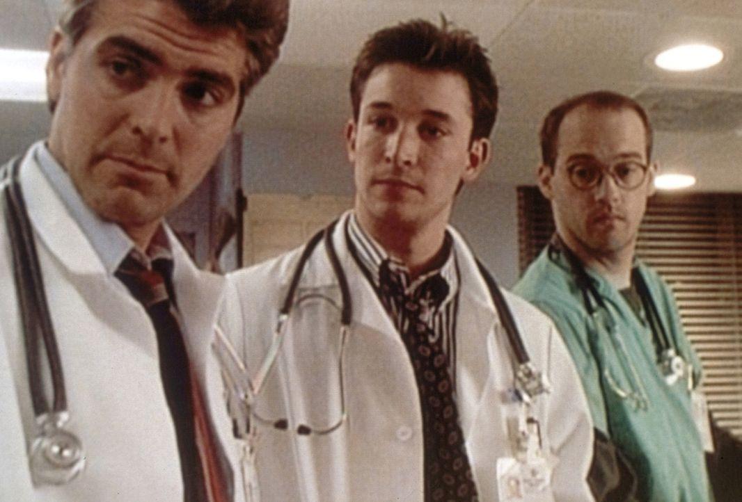 Wieder ein Tag voller Überraschungen für Ross (George Clooney, l.), Carter (Noah Wyle, M.) und Greene (Anthony Edwards, r.). - Bildquelle: TM+  WARNER BROS.