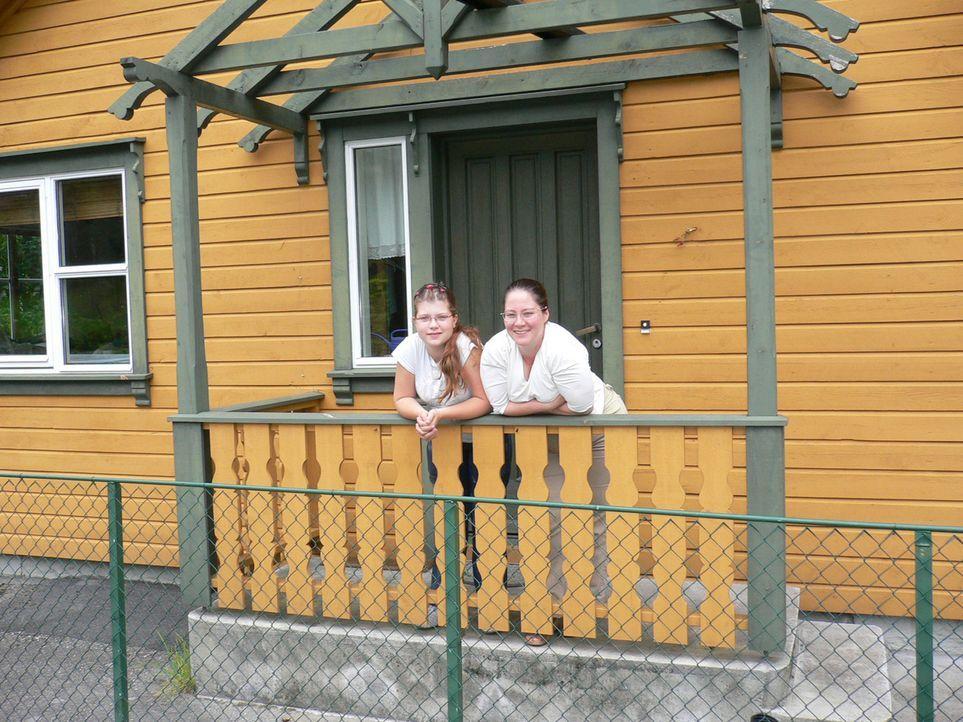 Anne Brunkow (r.) und ihre Tochter Jennifer (l.) wollen ein neues Leben in Norwegen beginnen … - Bildquelle: kabel eins