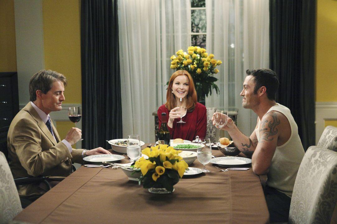 Während Carlos und Gaby einen Psychiater aufsuchen, bekommen Bree (Marcia Cross, M.) und Keith (Brian Austin Green, r.) überraschend besuch von Orso... - Bildquelle: ABC Studios