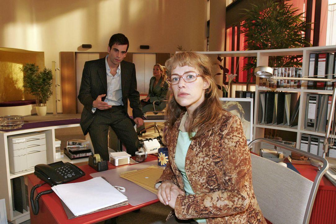 David (Mathis Künzler, l.) bittet Lisa (Alexandra Neldel, r.), für die Scheinfirma einen wichtigen Banktermin wahrzunehmen. Wider Erwarten respekt... - Bildquelle: Sat.1