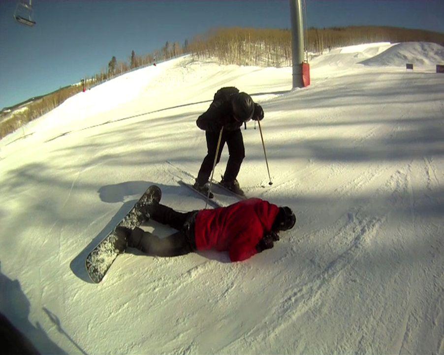 Nach einem riskanten Snowboad-Jump. liegt Snowboader Gabe (l.) Smith schwerverletzt am Boden ... Wird er schwerwiegede Verletzungen von sich tragen? - Bildquelle: 2010, The Travel Channel, L.L.C.