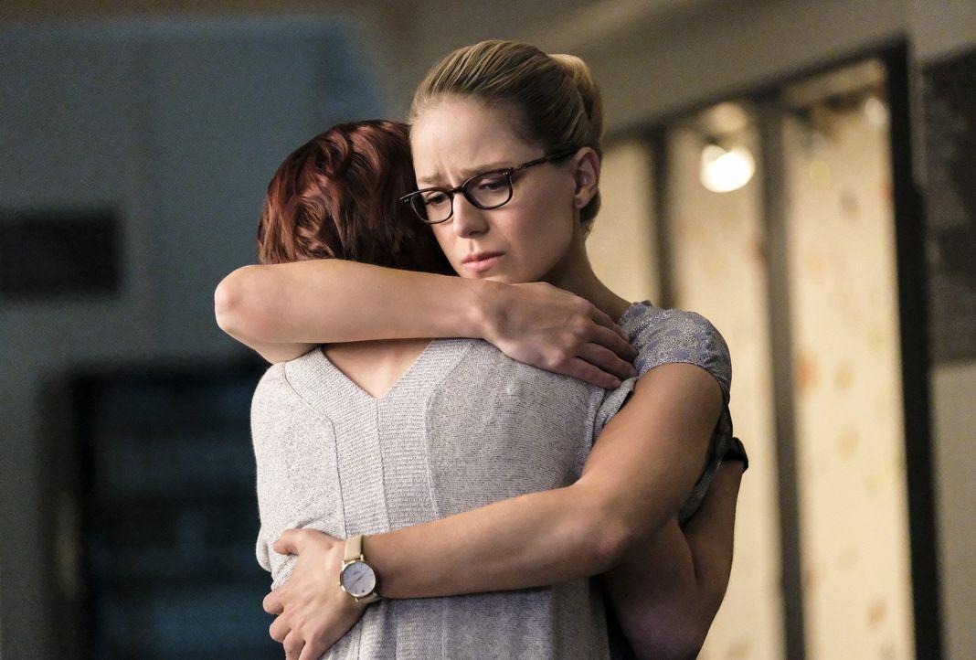 Kara (Melissa Benoist, r.) will Alex (Chyler Leigh, l.) beistehen, als diese immer noch mit der Tatsache zu kämpfen hat, dass Maggie keine Kinder ha... - Bildquelle: 2017 Warner Bros.