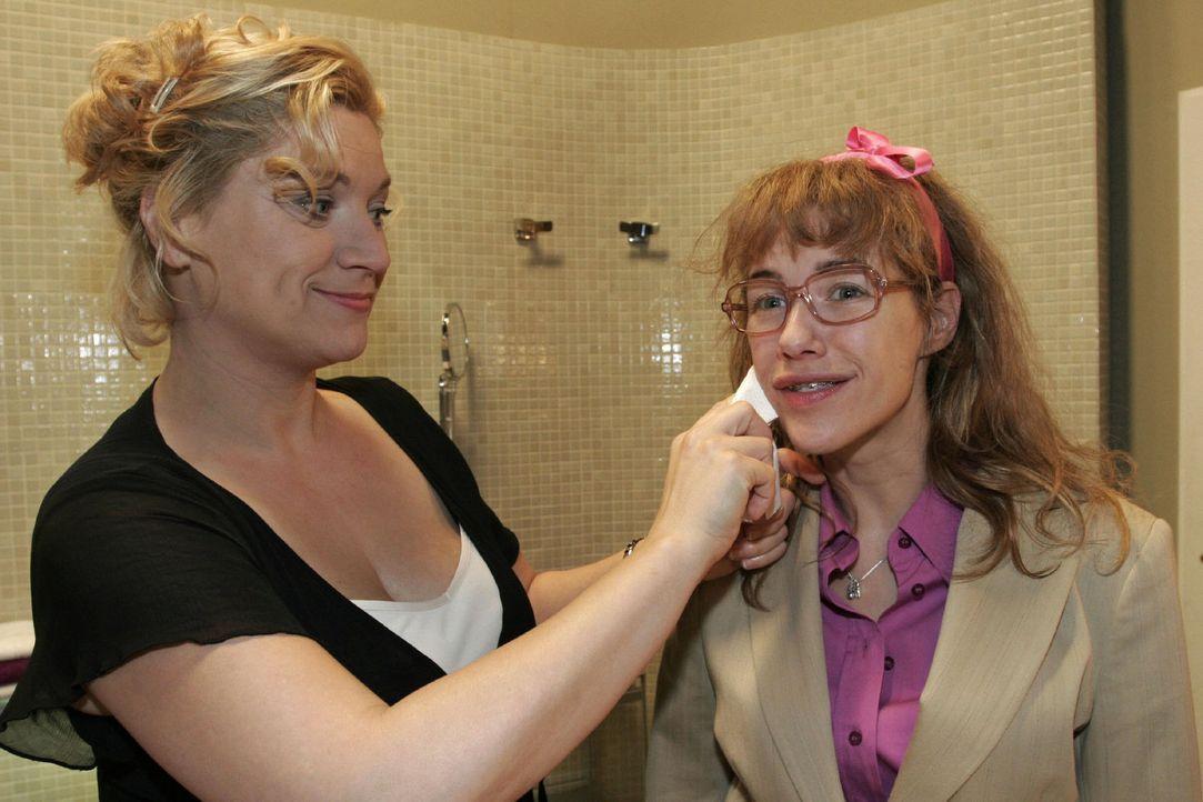 Während Agnes (Susanne Szell, l.) Lisa (Alexandra Neldel, r.) etwas Make-up aus dem Gesicht reibt, eröffnet sie ihr, dass sie sich verändern wird... - Bildquelle: Noreen Flynn Sat.1