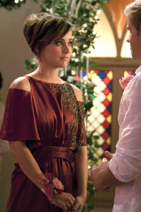 Erin (Jessica Stroup, l.) hat eine Fake-Hochzeit für Teddy (Trevor Donovan, r.) und Shane organisiert, um ihm zu beweisen, dass auch er heiraten un... - Bildquelle: 2011 The CW Network. All Rights Reserved.