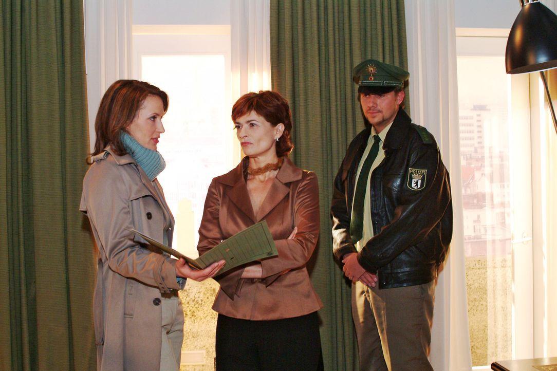 Sophie (Gabrielle Scharnitzky, M.) wird klar, dass Katharina Dorn (Ina Rudolph, l.) nicht weiter nach Richard sucht. - Bildquelle: Monika Schürle SAT.1 / Monika Schürle