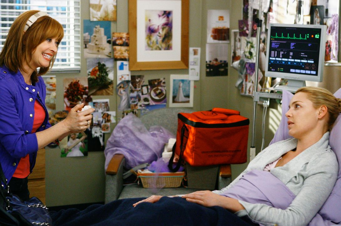 Während Izzie (Katherine Heigl, r.) nicht weiß, wie sie ihrer Mutter (Sharon Lawrence, l.) die Wahrheit über ihren ernsten Zustand sagen soll, be... - Bildquelle: Touchstone Television