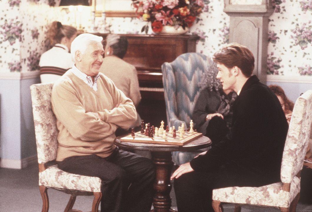 """Harvey (Nate Richert, r.) sucht sich im Zuge des Programms """"Adoptierte Großeltern"""" einen Herrn aus, der wunderschöne Geschichten erzählen kann un... - Bildquelle: Paramount Pictures"""