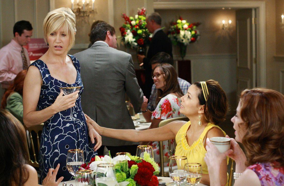 Ein Schock für Lynette (Felicity Huffman, l.): Ihr ehemaliger Assistent Stu leitet die Werbekampagne von Bree. Gabrielle (Eva Longoria, M.) und Kath... - Bildquelle: ABC Studios