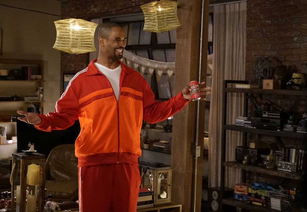 Coach (Damon Wayans Jr.) taucht in der WG auf und findet den gleichen verrückten Haufen vor, den er damals zurückgelassen hat ... - Bildquelle: Jennifer Clasen 2016 Fox and its related entities.  All rights reserved.