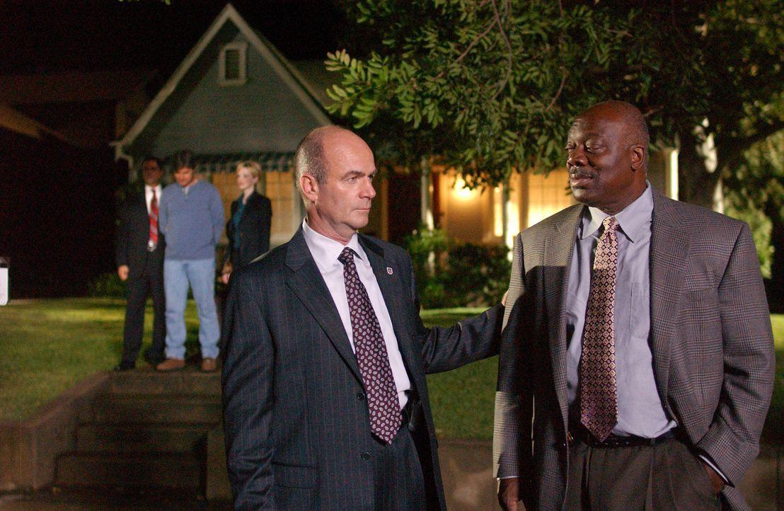 Lt. John Stillman (John Finn, l.) gratuliert seinem Mitarbeiter Det. Will Jeffries (Thom Barry, r.) zur Aufklärung des aktuellen Falles … - Bildquelle: Warner Bros. Television