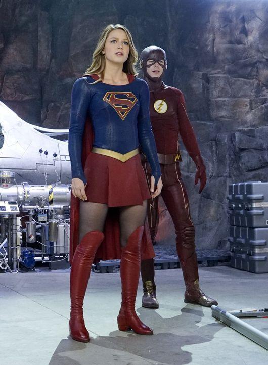 Supergirl (Melissa Benoist, l.) bekommt einen neuen Verbündeten: den aus einem Paralleluniversum angereisten und blitzschnellen Flash (Grant Gustin,... - Bildquelle: 2015 Warner Bros. Entertainment, Inc.
