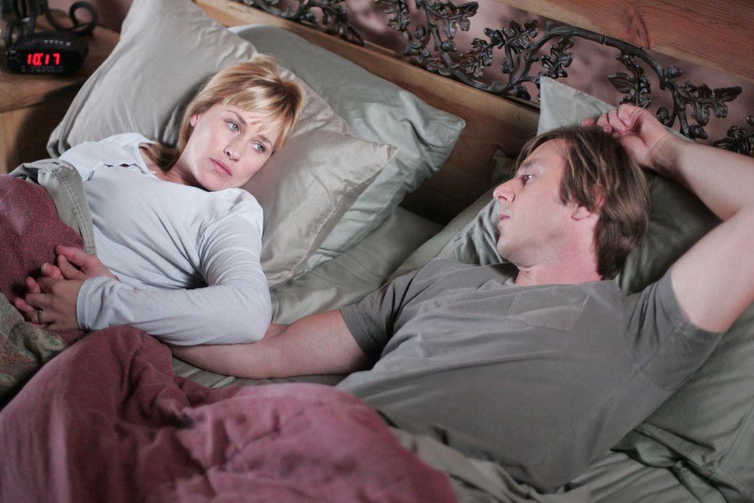 Hellseherin Allison Dubois (Patricia Arquette, l.) hat Angst vor dem Schlafen, weil sie in der Nacht zuvor geschlafwandelt ist. Ihr Mann Joe (Jake W... - Bildquelle: Paramount Network Television