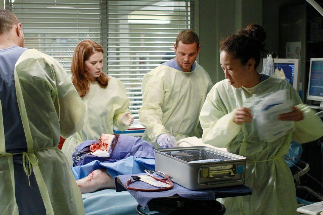 Ausnahmezustand im Seattle Grace Hospital: Jackson (Jesse Williams, l.), April (Sarah Drew, 2.v.l.), Alex (Justin Chambers, 2.v.r.) und Cristina (Sa... - Bildquelle: ABC Studios