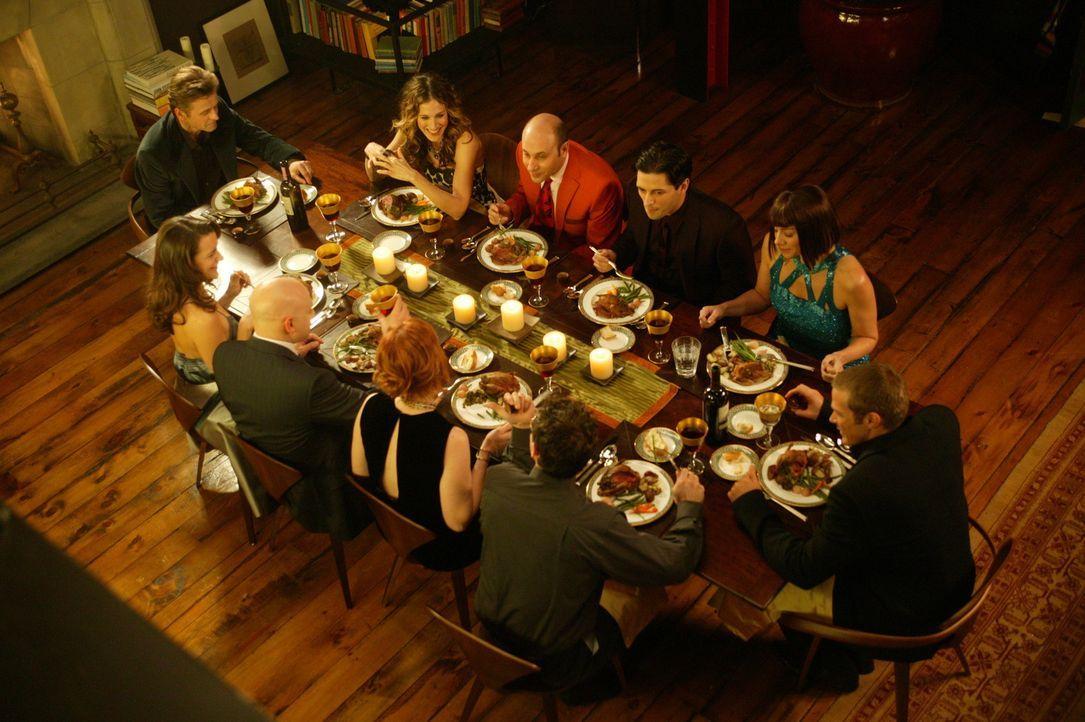 Ein Essen unter Freunden: (hinten v.l.n.r.) Aleksandr (Mikhail Baryshnikov), Carrie (Sarah Jessica Parker), Stanford (Willie Garson), Marcus (Sean P... - Bildquelle: Paramount Pictures
