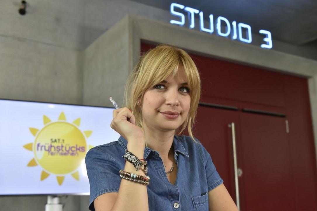 Mila (Susan Sideropoulos) hat irrsinniges Lampenfieber vor ihrem Live-Auftritt in der Morgensendung. Selbst ihre eigene Redaktion macht ihr Druck. E... - Bildquelle: Claudius Pflug sixx