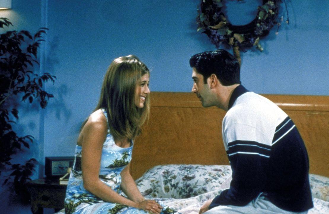 Rachel (Jennifer Aniston, l.) will wieder mit Ross (David Schwimmer, r.) zusammenkommen, doch zuvor muss dieser einen Brief von ihr lesen ... - Bildquelle: TM+  2000 WARNER BROS.