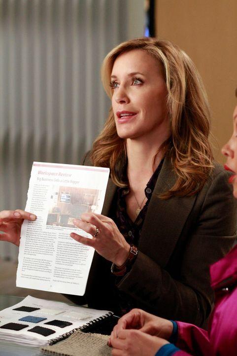 Während sich Renee, bei der Einrichtung von Toms Büro an seine Wünsche hält, scheint Lynette (Felicity Huffman) alles besser zu wissen ... - Bildquelle: ABC Studios