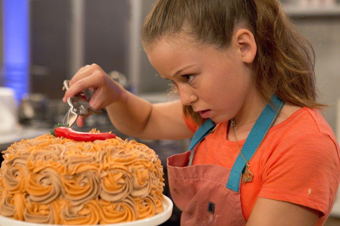 Wie wird der Jury Rebeccas scharfer Schokoladenkuchen schmecken? - Bildquelle: Adam Rose 2015, Television Food Network, G.P.  All Rights Reserved.