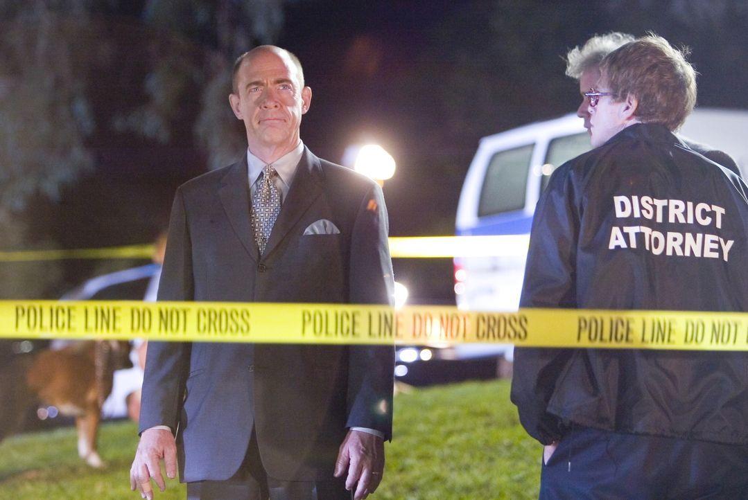 Während Pope (J.K. Sommons, l.) und sein Team sofort damit anfangen, die Fälle des ermordeten Richters durchzugehen, um dadurch eine Spur zum Täter... - Bildquelle: Warner Brothers Inc.