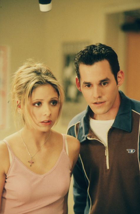 Buffy (Sarah Michelle Gellar, l.) und Xander (Nicholas Brendon, r.) müssen feststellen, dass alle Schüler außer sie beide, ihren Willen verloren hab... - Bildquelle: TM +   2000 Twentieth Century Fox Film Corporation. All Rights Reserved.