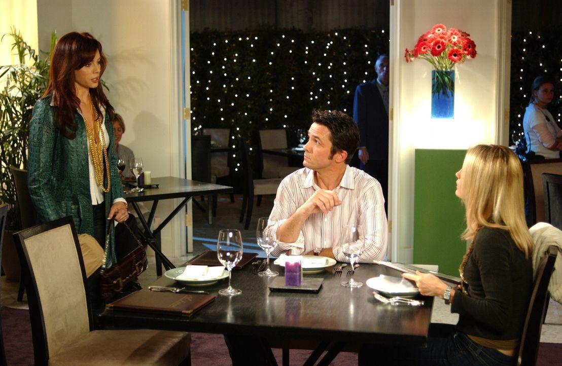 Julie (Melinda Clarke, l.) und Kirsten (Kelly Rowan, r.) lernen Carter (Bill Campbell, M.), den neuen Editor des Magazins kennen ... - Bildquelle: Warner Bros. Television
