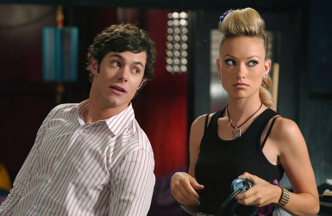 Um an Konzerttickets zu gelangen, nimmt Seth (Adam Brody, l.) einen Job in Alex' (Olivia Wilde, r.) Club an ... - Bildquelle: Warner Bros. Television
