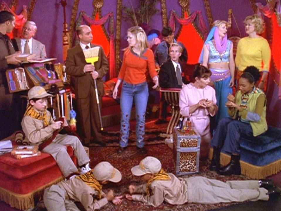 Zelda (Beth Broderick, 3.v.r.) wollte sich in Ruhe in die Flasche eines Geistes zurückziehen, doch dann kommt nach all den anderen unerwünschten G... - Bildquelle: Paramount Pictures