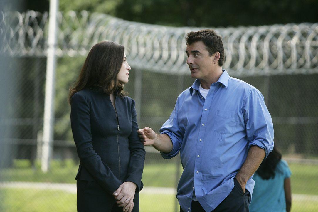 Während ihr Mann Peter Florrick (Chris Noth, r.) im Gefängnis sitzt, soll Alicia (Julianna Margulies, l.) einem jungen Mann aus der ehemaligen Nac... - Bildquelle: CBS Studios Inc. All Rights Reserved.
