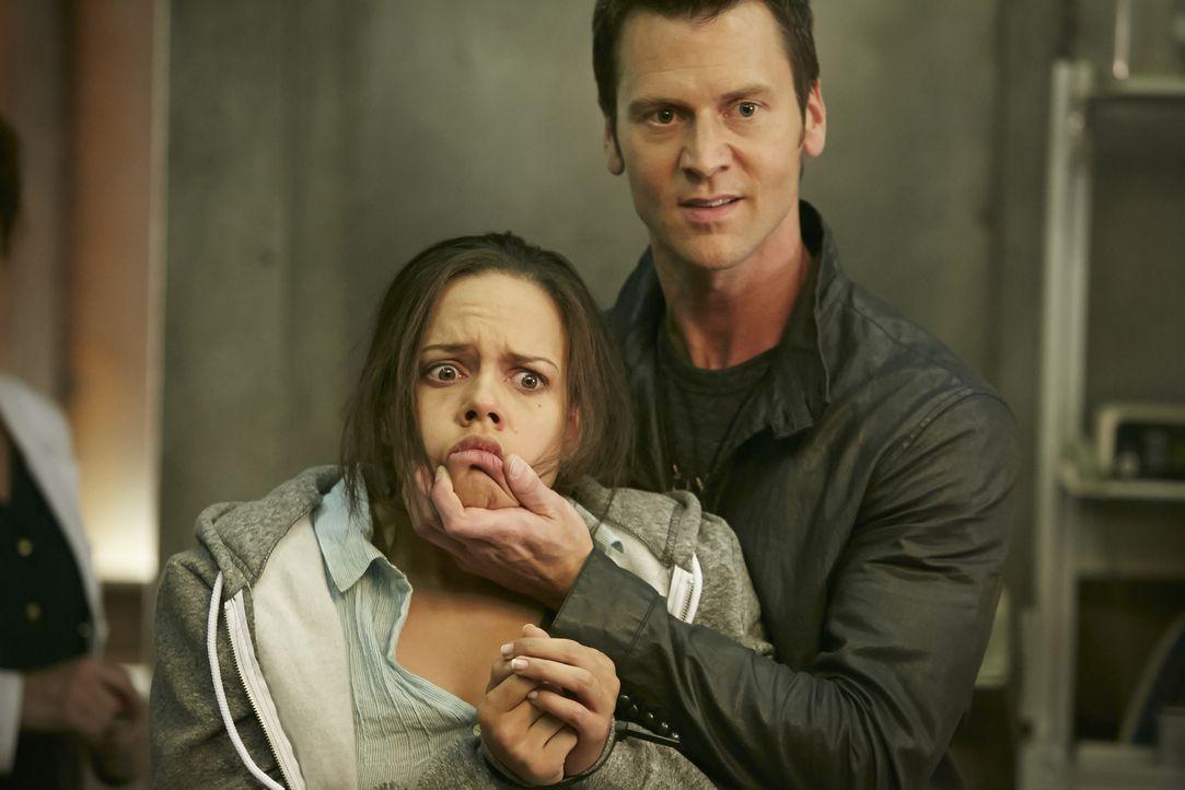 Nachdem ein Fluchtversuch kläglich gescheitert ist, greift Aleister (Sean Rogerson, r.) auch gegen Rachel (Genelle Williams, 2.v.r.) härter durch ..... - Bildquelle: 2015 She-Wolf Season 2 Productions Inc.