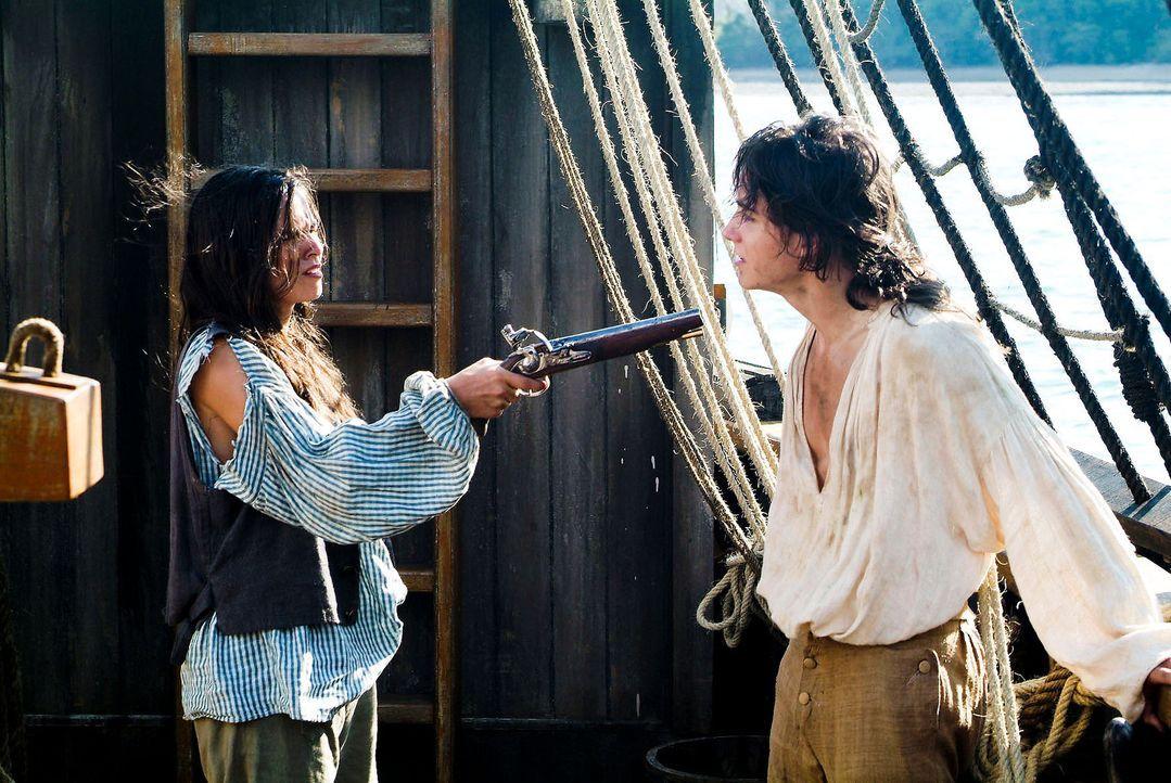 """Als Schiffsjunge Bobby getarnt, gelingt es Sheila (Diane Willems, l.) an Bord der """"Hispaniola"""" zu kommen. Dort gerät sie permanent mit Jim (Franço... - Bildquelle: Gordon Mühle ProSieben"""