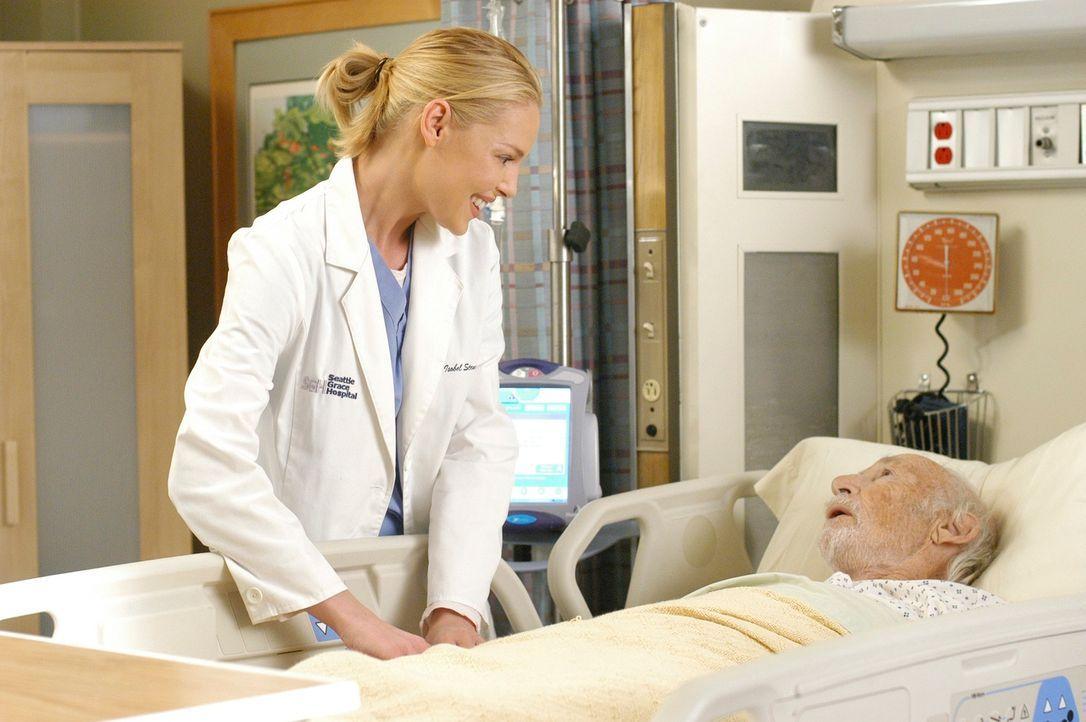 Izzie (Katherine Heigl, l.) kümmert sich um Charlie (Jack Axelrod, r.), der plötzlich aus dem Koma erwacht ist ... - Bildquelle: Touchstone Television