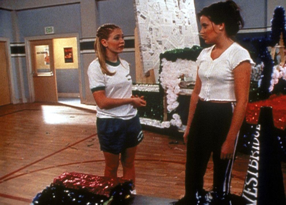 """Sabrina (Melissa Joan Hart, l.) und Libby (Jenna Leigh Green, r.) werden beauftragt, gemeinsam den Festwagen zum """"Tag der Demokratie"""" zu schmücken... - Bildquelle: Paramount Pictures"""