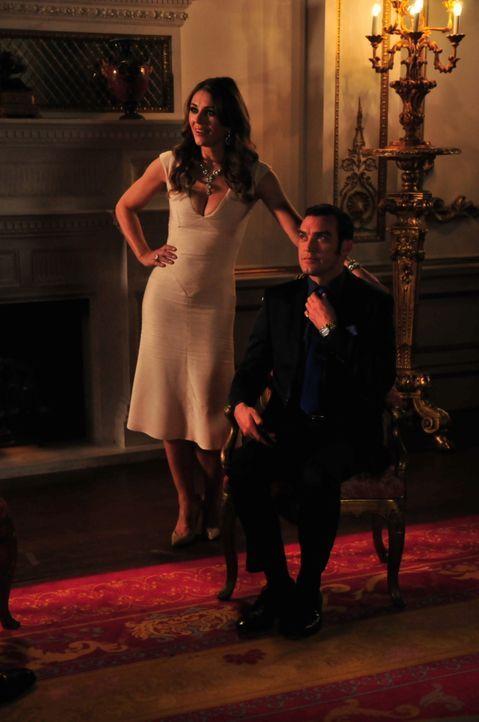 Wollen beide wirklich noch das Gleiche? Prinz Cyrus (Jake Maskall, r.) und Königin Helena (Elizabeth Hurley, l.) ... - Bildquelle: Helen Vidler 2014 E! Entertainment Media, LLC