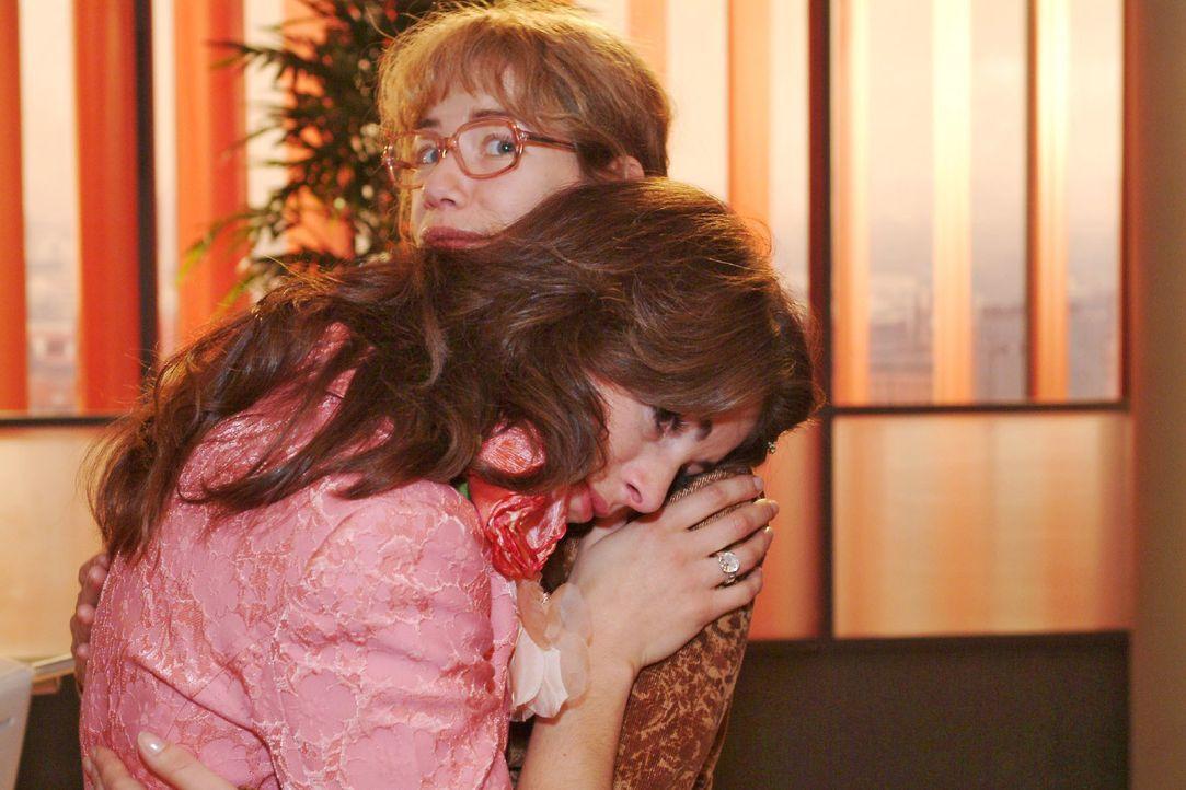 Lisa (Alexandra Neldel, r.) ist von Mariellas (Bianca Hein, l.) plötzlichem Weinkrampf überrascht und überfordert. (Dieses Foto von Alexandra Neldel... - Bildquelle: Monika Schürle SAT.1 / Monika Schürle