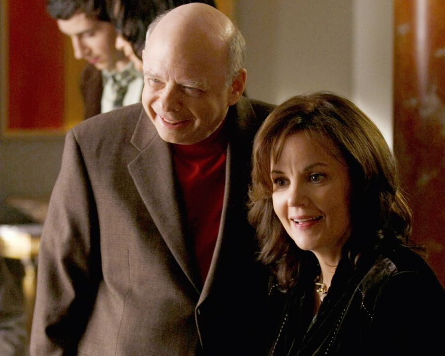 Thanksgiving ist dieses Jahr etwas Besonderes für Cyrus( Wallace Shawn, l.) und Eleanor (Margaret Colin r.) ... - Bildquelle: Warner Brothers