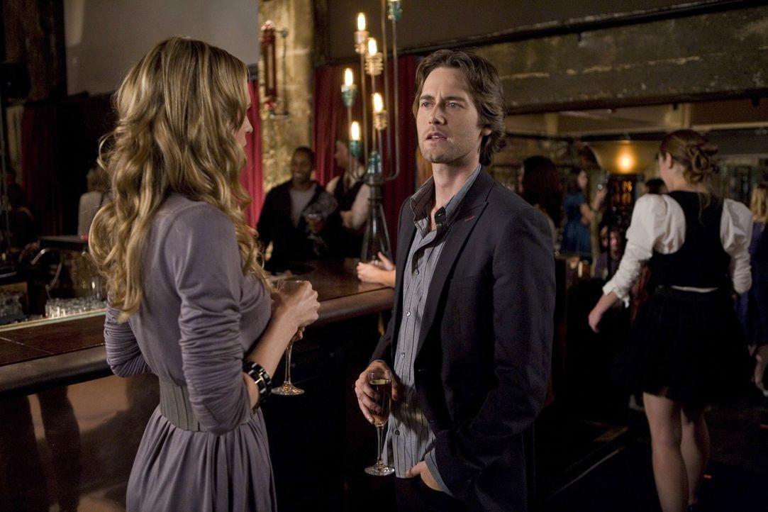 Oh, oh! Jen (Sara Foster, l.) erwischt Ryan (Ryan Eggold, r.) bei einem Date mit einer Barkeeperin... - Bildquelle: TM &   CBS Studios Inc. All Rights Reserved