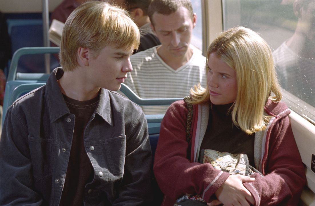Simon (David Gallagher, l.) hat Interesse an der 16-jährigen Sally (Marisa Theodore, r.). Das junge Mädchen ist schwanger und diese Tatsache versetz... - Bildquelle: The WB Television Network