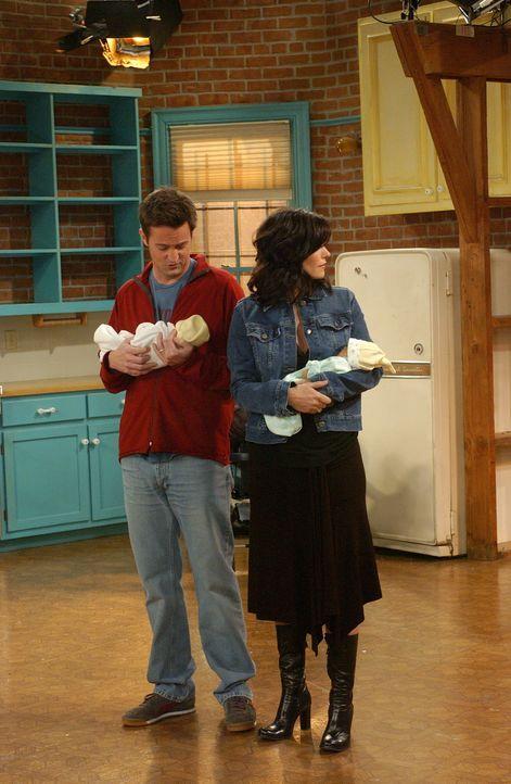Ein neues Leben beginnt: Chandler (Matthew Perry, l.) und Monica (Courteney Cox, r.) ... - Bildquelle: 2003 Warner Brothers International Television